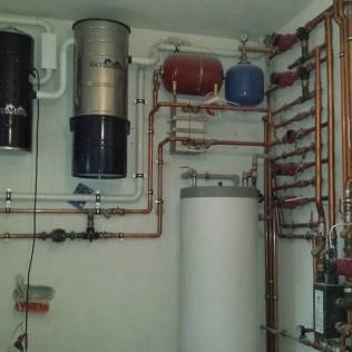 grzejnik wody z rurami instalacja